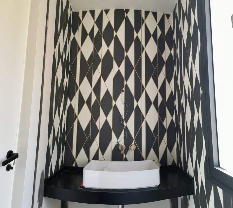 Empapelado en parede de cuarto de baño de cortesia.