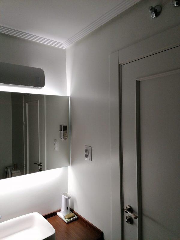 Proceso de alisado sobre azulejos de cuarto de baño y posterior acabado en laca acrilica.