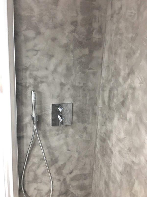 Aplicación de Microcemento en cabina de ducha