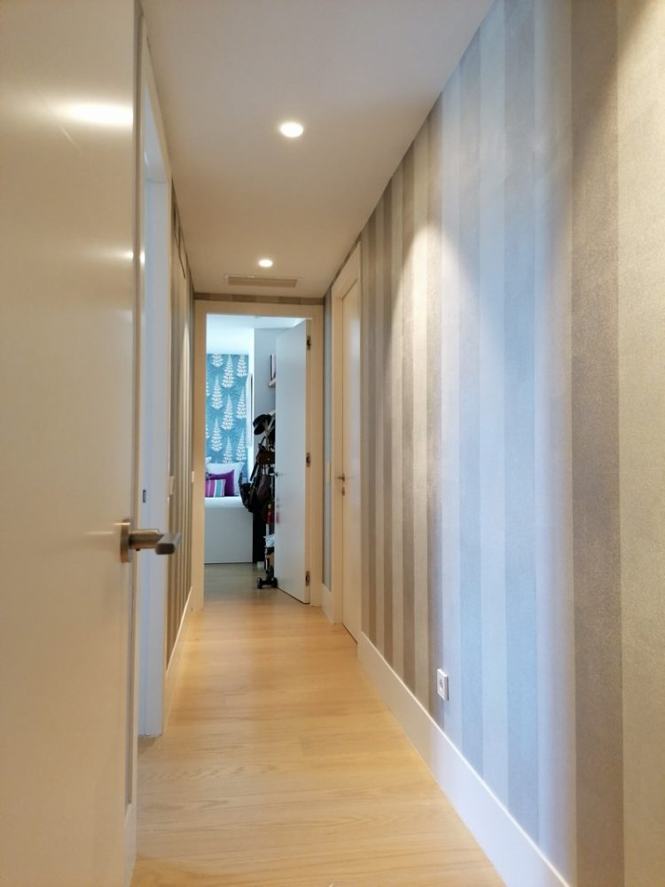 Empapelado pasillo con papel Osberne & Little