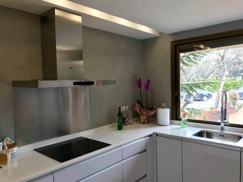 Revestimiento de azulejos de cocina con microcemento.